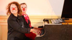 Über die Die Klang-Clowns. Klavieriki sind Olga Shkrygunova und Lisa Starostina.